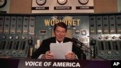 Президент Рональд Рейган у микрофона «Голоса Америки»