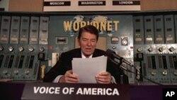 로널드 레이건 전 미 대통령이 지난 1985년 VOA 방송국 스튜디오에서 주간 연설을 하고 있다. (자료사진)