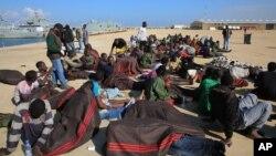 Des migrants africains se reposent après avoir été secourus par la Garde côtière libyenne à l'ouest de Tripoli, Libye, 21 décembre 2015.