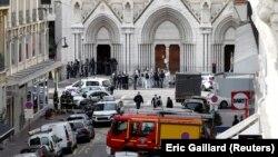 Polisi Perancis mengamankan lokasi di basilika Notre Dame di kota Nice pasca serangan pisau yang menewaskan 3 orang, Kamis (29/10) pagi.