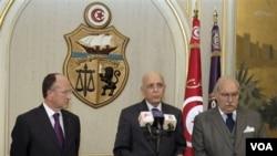 Perdana Menteri Mohammed Ghannouchi (tengah) saat memberikan pengumunan kepada rakyat Tunisia di Tunis.