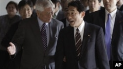 10일 필리핀 외무부에서 회담 중인 알베르토 델 로사리오 필리핀 외무장관(왼쪽)과 기시다 후미오 일본 외무상.