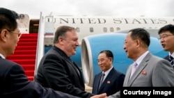 Menteri Luar Negeri AS Mike Pompeo disambut oleh Menteri Luar Negeri Korut Ri Yong Ho, dan pejabat tinggi lain setibanya di Bandara International Sunan di Pyongyang, Korea Utara, 6 Juli 2018.