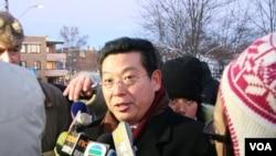 2010年12月9日,杨建利在中国驻挪威奥斯陆使馆外举行要求释放诺和奖得主刘晓波的抗议期间对媒体讲话。(美国之音王南拍摄)