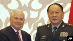 美国国防部长盖茨(左)与中国国防部长梁光烈6月3日在新加坡