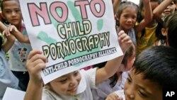 2007年3月23日菲律宾儿童展示反对儿童色情的标语。