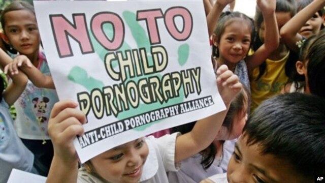 Anak-anak di Filipina membawa poster bertuliskan slogan anti pornografi anak-anak. (Foto: Dok)
