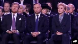 آندری دودا (وسط) رئیس جمهوری لهستان و همسرش آگاتا در مراسم یادبود در آشویتس
