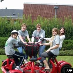 访客骑着艾尔佛雷德大学的七人座自行车