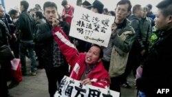 抗议示威者2013年1月8日在中国广东省广州市南方周末新闻大楼外面呼吁新闻自由以支持南方周末的记者