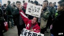 抗议者2013年1月8日在广州市《南方周末》大楼外呼吁新闻自由,支持该报记者