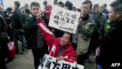 Người biểu tình kêu gọi tự do báo chí bên ngoài trụ sở của Tuần Báo Nam Phương ở Quảng Châu, ngày 8/1/2013.