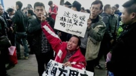 Demonstrators call for press freedom in support of journalists from the Southern Weekend newspaper outside the company's office building in Guangzhou, south China's Guangdong province, January 8, 2013.