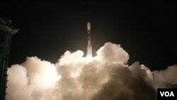 WISE circulará la Tierra por los polos, escaneando el cielo 1,5 veces en nueve meses y tomando fotografías con luz infrarroja.