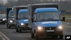 추락한 여객기 탑승자 시신을 실은 트럭이 2일 러시아 상테페테부르크 시체 보관소에서 화장터로 이동하고 있다.