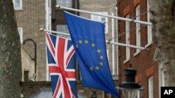 Les drapeaux européen et britannique devant les locaux du parlement européen a Londres, le 14 mars 2017.