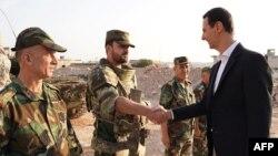 시리아 국영 TV는 21일 바샤르 알 아사드 대통령이 북서부 도시 알하빗을 방문하고 군인들을 격려하는 모습을 방영했다.