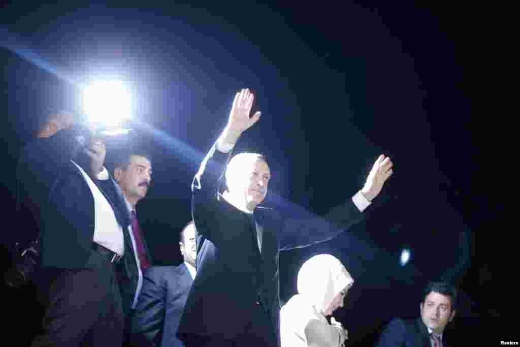 R/W Turkiga Recep Tayyip Erdogan oo u gacan haadinayaa taageerayaashiisa oo ku soo dhawaynayay garoonka diyaaradaha ee Ataturk airport, June 7, 2013.