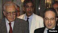 Thứ trưởng Ngoại giao Syria Faisal Mekdad (phải) bên cạnh đặc sứ Brahimi (trái) tại Damascus, ngày 23/10/2012