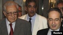 Suriye Dışişleri Bakan Yardımcısı Faysal Mekdad (Sağda) BM görevlisinin yanında gazetecilerle konuşuyor, Şam, 23 Ekim 2012.