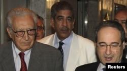 Lakhdar Brahimi (kiri) dan Wakil Menlu Suriah Faisal Mekdad (kanan) berbicara kepada reporter di Damaskus, Selasa (23/10).