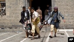 20일 예멘 사나 이슬람 사원에서 폭탄 테러로 사망한 희생자의 사체를 꺼내고 있다.