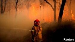 Petugas berusaha memadamkan kebakaran hutan di utara Newcastle, Australia, akhir Nov.ember 2018 lalu (foto: dok).