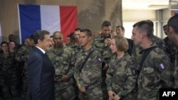 Tổng thống Sarkozy trò chuyện với binh sĩ Pháp ở Surobi, Afghanistan, 12/7/2011