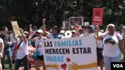 غیر قانونی تارکین وطن سے متعلق حکومتی اقدامات کے خلاف امریکہ بھر میں مظاہرے۔