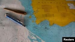 """Sebuah peta bertuliskan """"TKP,"""" diperkirakan sebagai lokasi jatuhnya pesawat AirAsia QZ8501 di pelabuhan Kumai, Pangkalan Bun (1/1)."""