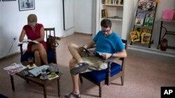 "Dua orang pelanggan membaca di toko buku, cafe berbahasa Inggris pertama di Havana, Kuba, ""Cuba Libro"" (9/8)."