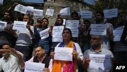 کشمیر پریس کلب کے عہدے داروں اور ممبران نے گزشتہ ہفتے مواصلاتی پابندیوں کے خلاف احتجاجی مظاہرہ بھی کیا تھا۔ (فائل فوٹو)