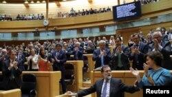 Perdana Menteri Spanyol Mariano Rajoy mendapat tepuk tangan dari anggota Partai Rakyat (PP) seusai menyampaikan pidatonya dalam debat di majelis tinggi Senat di Madrid, Spanyol, 27 Oktober 2017.