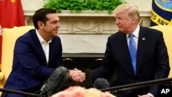 Presiden AS Donald Trump (kanan) menerima PM Yunani Alexis Tsipras di Gedung Putih, Selasa (17/10).