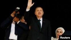 PM Turki Tayyip Erdogan melambaikan tangan kepada para pendukungnya setibanya di Bandara Istanbul (7/6). Erdogan menegaskan kembali bahwa protes-protes harus segera dihentikan.