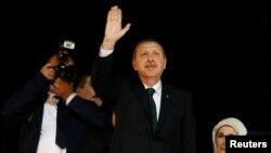 土耳其總理埃爾多安六月七號回國後在機場向示威者揮手