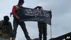 敘利亞反對派武裝人員展示戰旗。