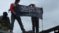 시리아의 알 카에다 연계한 반군단체인 알 누스라 단원들이 지난 1월 이들리브 공군 기지를 점령한 후 한 헬리콥터 위에서 깃발을 흔들고 있다.(자료사진)