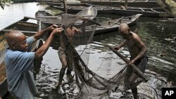 Pescadores no Delta do Niger (Nigéria) fazem face a problemas ambientais crescentes como resultado da exploração desenfreada do petróleo