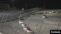Es la segunda vez en esta semana que un coche se voltea sobre la cerca en la pista de Volusia Speedway Park en Florida.