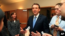 former Minnesota Gov. Tim Pawlenty (center) (file photo)