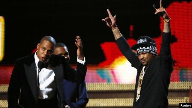 Jay-Z (trái), Frank Ocean (giữa) nhận giải thưởng phối hợp Hát/ Rap xuất sắc nhất.
