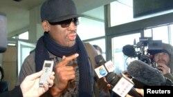 1일 북한 방문을 마치고 베이징 행 항공기에 탑승하기 위해 평양 순안 공항에 나온 미국 NBA 출신 데니스 로드먼이 기자들의 질문에 답하고 있다.