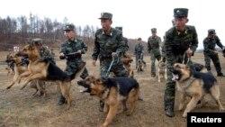 Ejercicios militares de los soldados de Corea del Norte efectuados este sábado en imagen difundida por el gobierno.