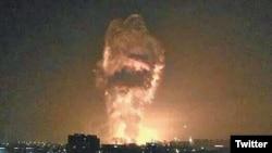 Una imagen en los medios sociales muestra las llamas y el humo de una explosión en el cielo nocturno de Tianjin, China.