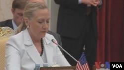 美国国务卿克林顿在柬埔寨首都金边出席东盟地区安全论坛(视频截图)