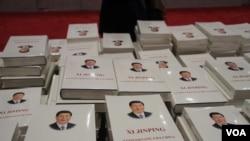 2014 APEC 新闻中心现场赠阅书籍,封面印有习近平 (美国之音东方拍摄)