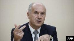 Avrupa Birliği'nin Bosna Hersek'e atadığı yüksek temsilci Valentin Inzko, Bosnalı Sırpların federal hükümete bağlı kurumlarla ilgili olarak yaptığı referandum çağrısının, 1990'lı yıllardaki iç savaştan bu yana ülkeye yönelik en büyük tehdit olduğunu söyle