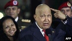 Tổng thống Chavez chỉ cho thấy tóc ông đã mọc lại sau khi được hóa trị để chữa ung thư