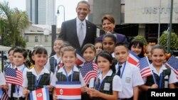 El mandatario estadounidense fue recibido por un grupo de niñas estudiantes y por la presidenta Laura Chinchilla frente a la Casa Amarilla, en San José.